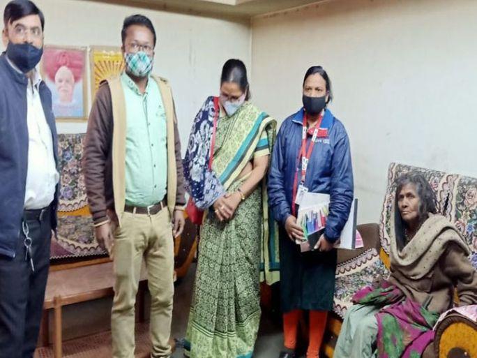 દાહોદમાં મહિલા હેલ્પ લાઇનેઅશક્ત વૃદ્ધાને આશ્રય અપાવ્યો હતો. - Divya Bhaskar