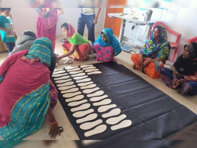 અભલોડમા વિવિધ ડિઝાઇનના પગરખા બનાવીને સખી મંડળની બહેનો પગભર થઇ રહી છે. - Divya Bhaskar