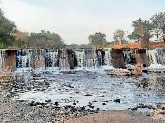 હિંગલાથી સુખસર થઈ બલૈયા તરફ જતી નદીમાં કડાણા દાહોદ એક્સપ્રેસ પાણીની પાઇપલાઇન દ્વારા છોડવામાં આવેલ પાણી નજરે પડે છે. - Divya Bhaskar