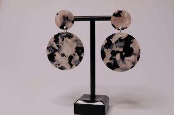 boucles-doreilles-écailles-noires-et-blanches-rondes-credit-shopbyclo-1