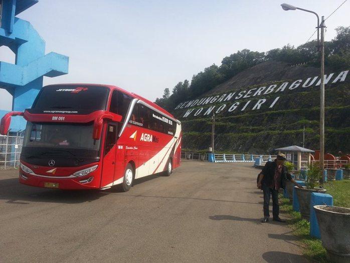 Foto bus Agramas di Bendungan Wonogiri