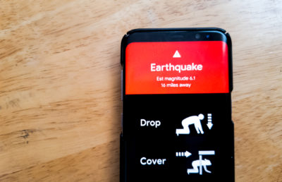 Photo of an earthquake alert on an Android phone