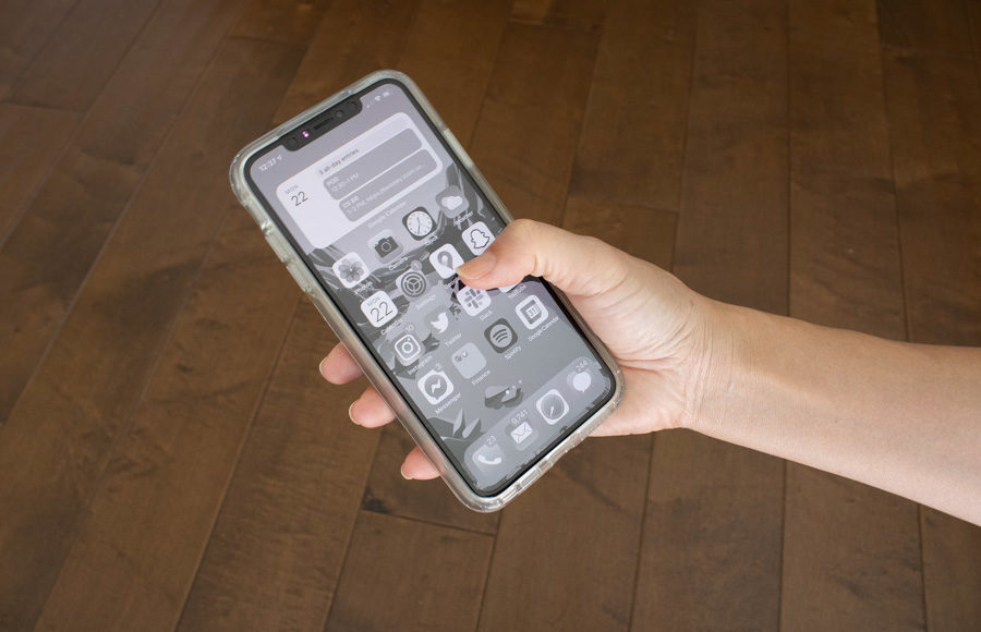 Image of phone in grayscale mode