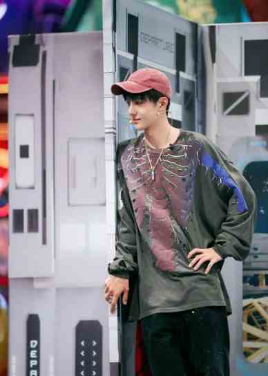 yibo-214x300 Wang Yibo Blushes While Holding Hands With Female Contestant In Street Dance Of China 3