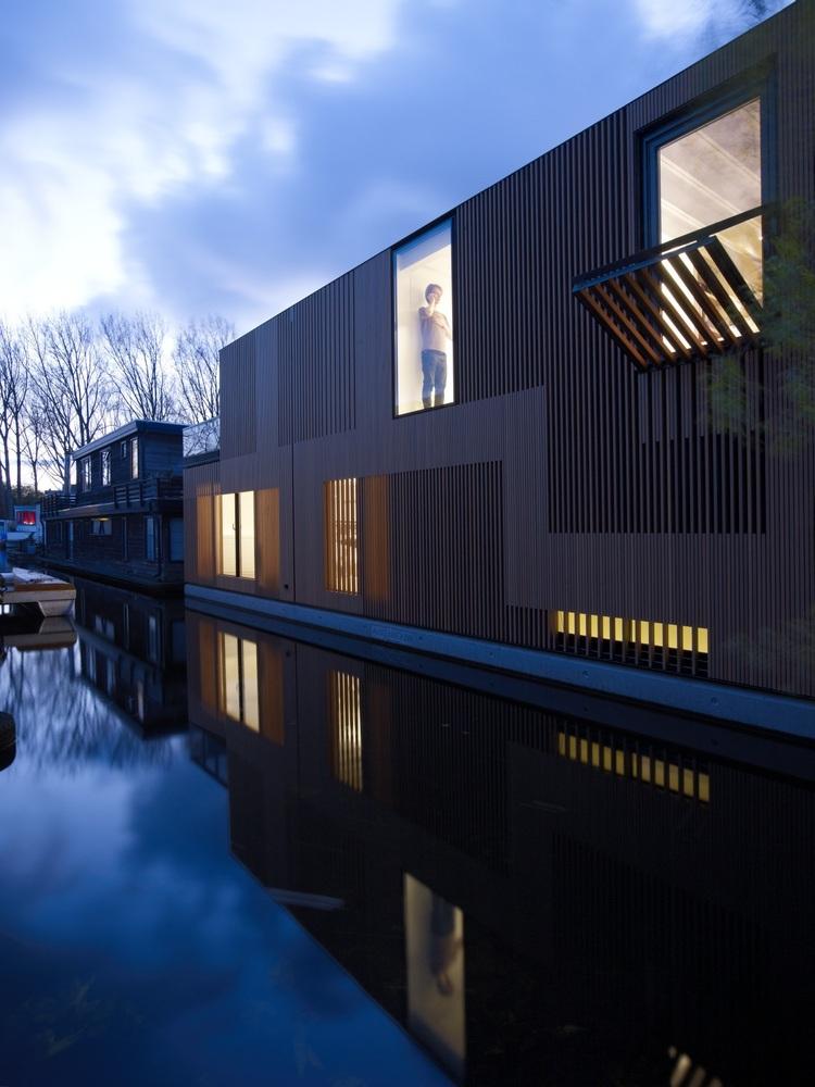 Houseboat - the Water Villa at night