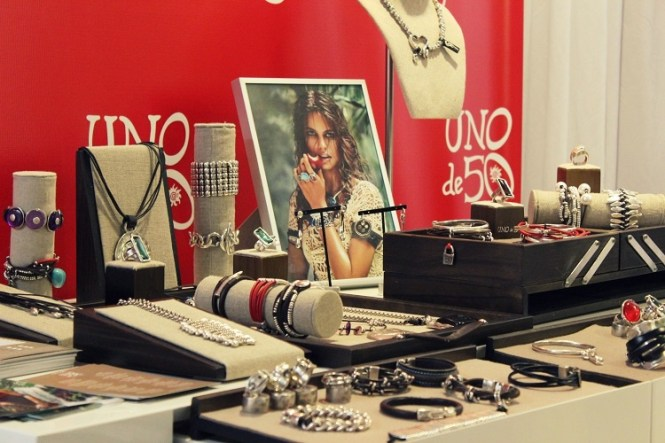 The 2013 Billboard Latin Music Awards Official Backstage Gifting Suite, Uno de 50