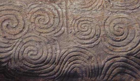Newgrange Entrance Stone (Licence: CCASA 3, author Maksim)