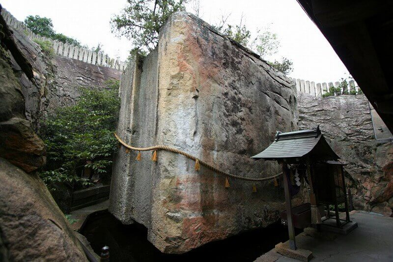 Ishi-no-Hoden, the floating rock of Japan
