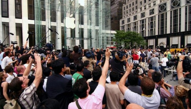 media-in-front-of-Apple-store-e1316887725265