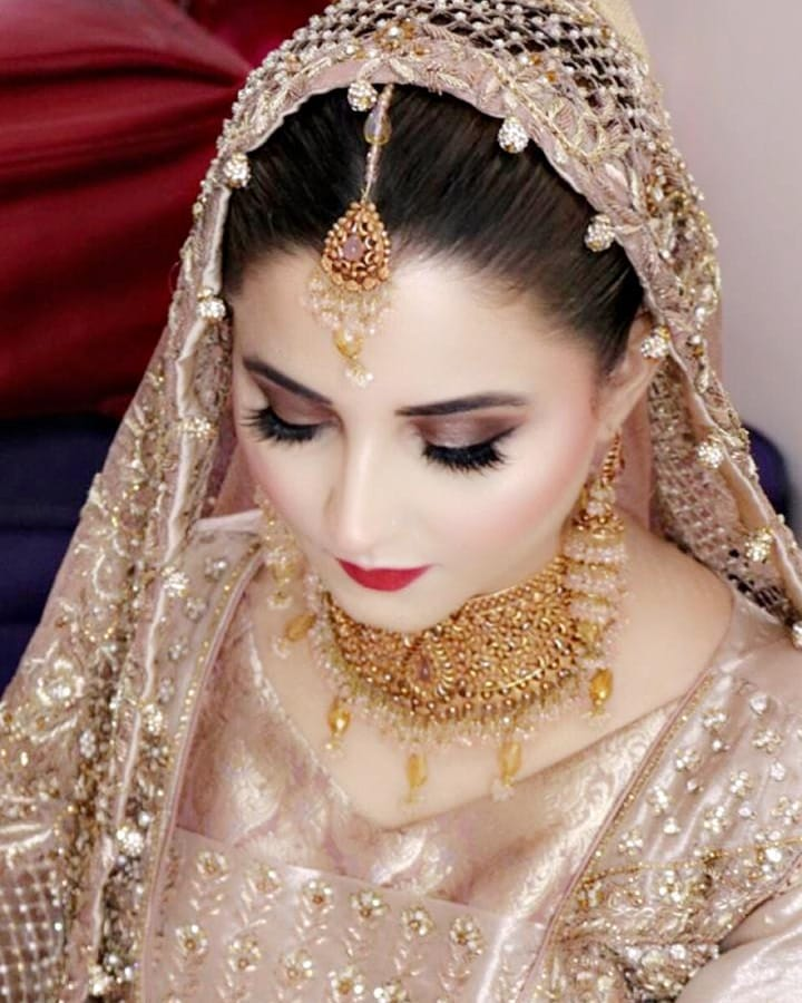 Awesome Wedding & Walima Photos of News Anchor Neelam Usaf