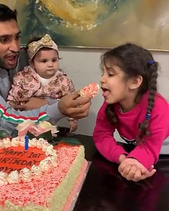 New Awesome Photos of Amir Khan and Faryal Makhdoom with their Daughters