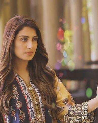 "Awesome Ayeza Khan on the Set of her Upcoming Drama ""Meray Pass Tum Ho"""