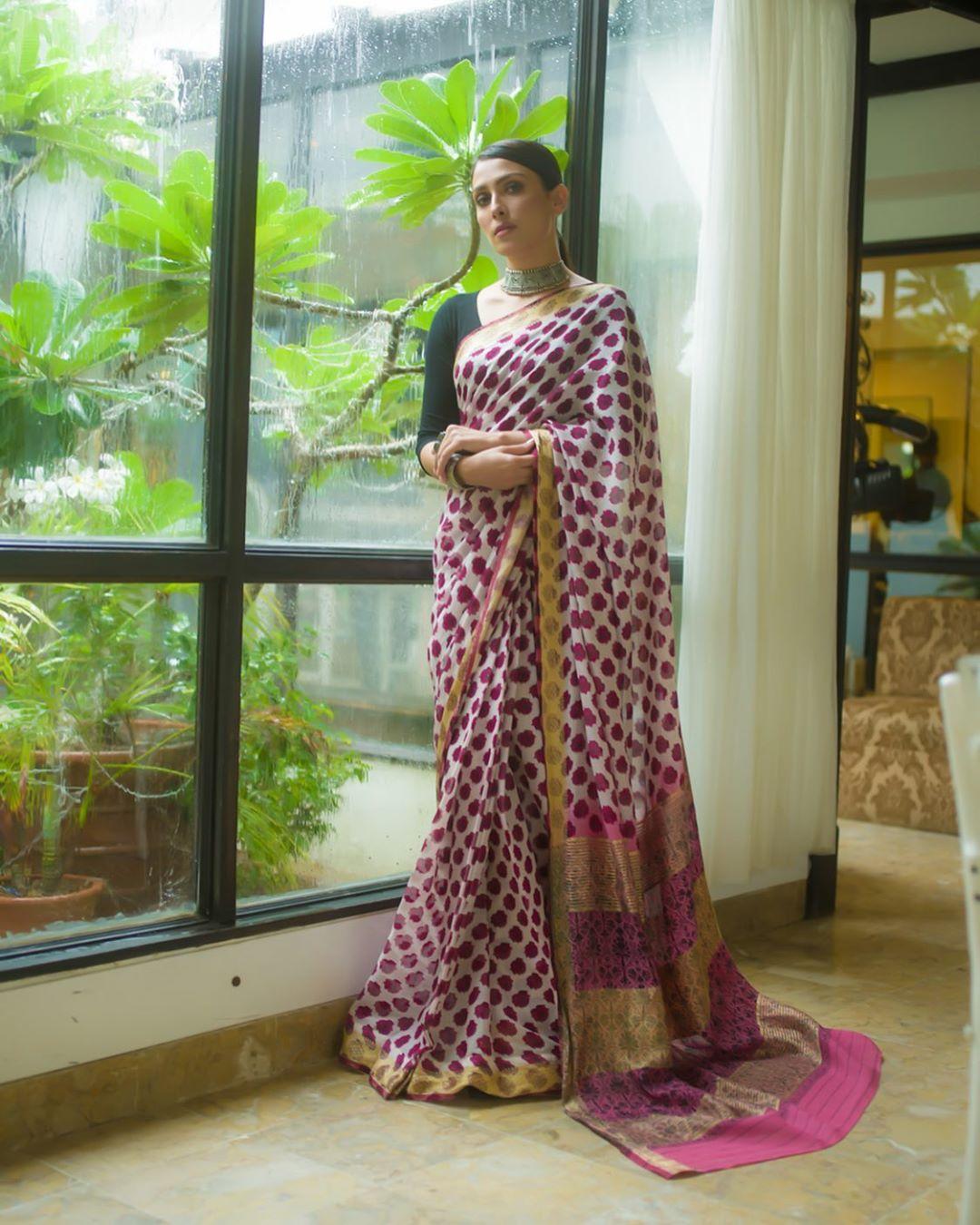 "Ayeza Khan Looking Gorgeous on the Set of Her Drama ""Meray Pass Tum Ho"""