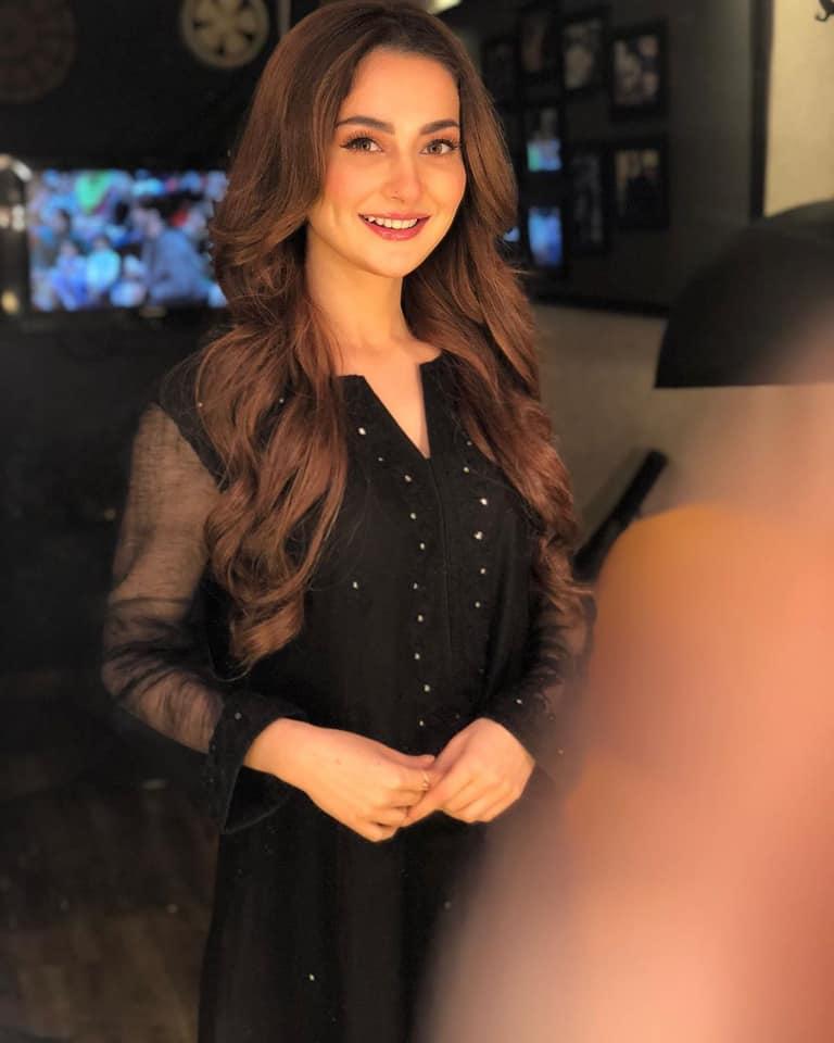 Hania Aamir looks Pretty in Black at Jeeto Pakistan