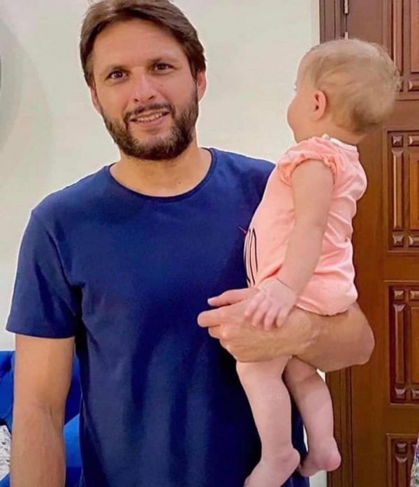 Shahid Afridi Beautiful Pictures with his Daughters