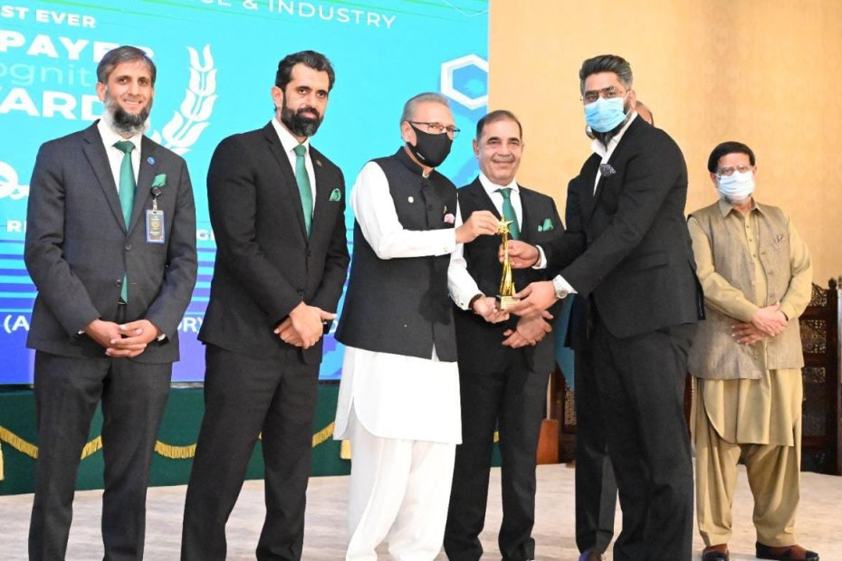 """President Arif Alvi awarded AAA Associates with """"The Best taxpayer in Real Estate Regional"""""""