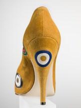 """Salvatore Ferragamo, """"Tirassegno"""" décolleté,1958, camoscio con applicazioni in capretto a motivo di tirassegno. Firenze, Museo Salvatore Ferragamo. Foto Arrigo Coppitz."""