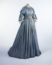 Liberty and Co. Ltd., Artistic and Historic Costume Studio, Abito, 1895 circa, seta pongé con decorazioni in merletto meccanico e ricami a punto smock. Londra, Victoria and Albert Museum.