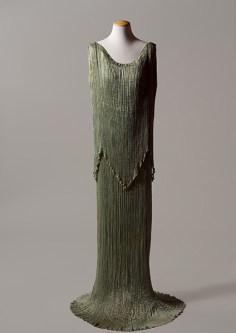 """Mariano Fortuny, Tunica """"Peplos"""", 1934, ermesino di seta plissettato con applicazione di perle in vetro di Murano. Firenze, Gallerie degli Uffizi, Galleria del costume di Palazzo Pitti."""