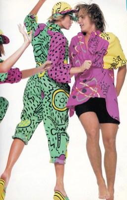 Enrico Coveri, Outfit composto da overall, scarpe e cappellino, collezione primavera/estate 1985, tessuto di cotone stampato a motivi di Keith Haring. Firenze, Collezione Enrico Coveri