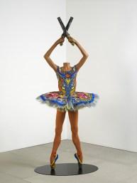 Yinka Shonibare, MBE, Revolution Ballerina, 2014, manichino in fibra di vetro, cotone olandese stampato, pistole, basamento in acciaio. Berlino, courtesy Yinka Shonibare e Blain Southern Gallery.