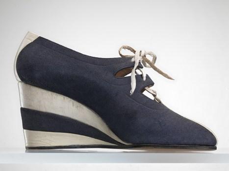"""Salvatore Ferragamo, """"Ghillie"""", 1937, camoscio e capretto, tacco a zeppa di sughero. Firenze, Museo Salvatore Ferragamo. Foto Arrigo Coppiz. La scarpa è uno dei modelli realizzati per Peggy Guggenheim."""