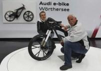 Audi Woerthersee Tour 2012/Heinz Hollerweger, Leiter Gesamtfahrzeug der AUDI AG und Adolf Stark, Buergermeister von Maria Woerth vor dem Audi e-bike Woerthersee.