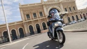 2017-Yamaha-Xenter-125-EU-Silky-Grey-Action-001