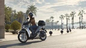 2017-Yamaha-Xenter-125-EU-Silky-Grey-Action-003