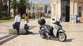 2017-Yamaha-Xenter-125-EU-Silky-Grey-Static-002