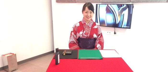 Calligrafia giapponese con ragazza in yukata