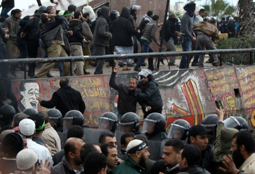 Egyptian riot police try to quell clashes in Alexandria (AFP Photo / Mahmud Hams)
