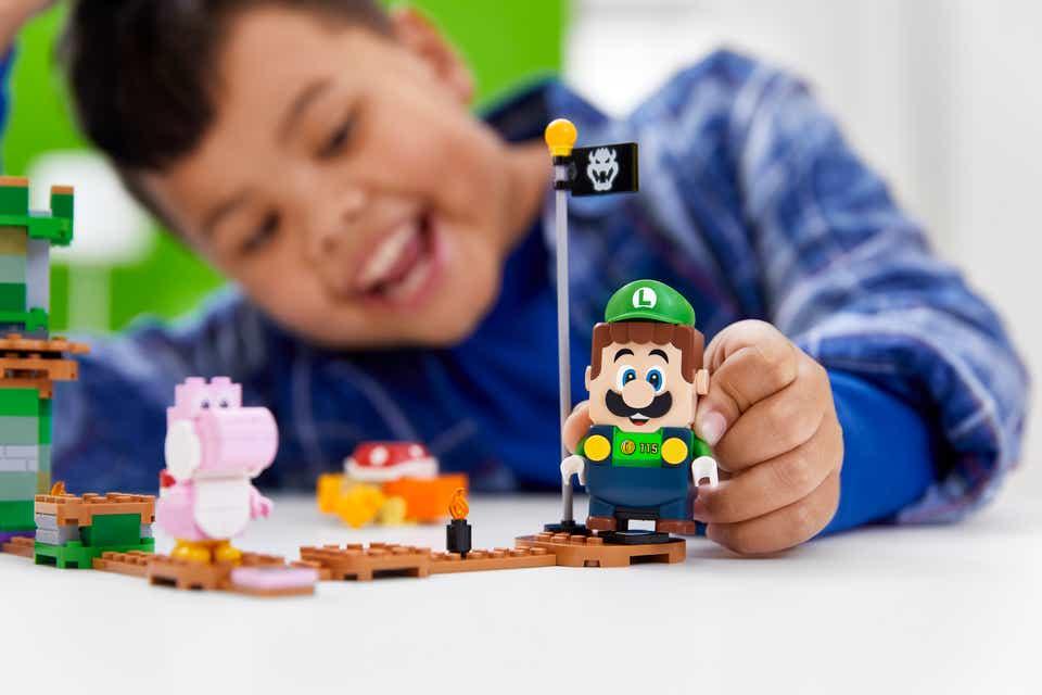 Kind speelt met LEGO Luigi