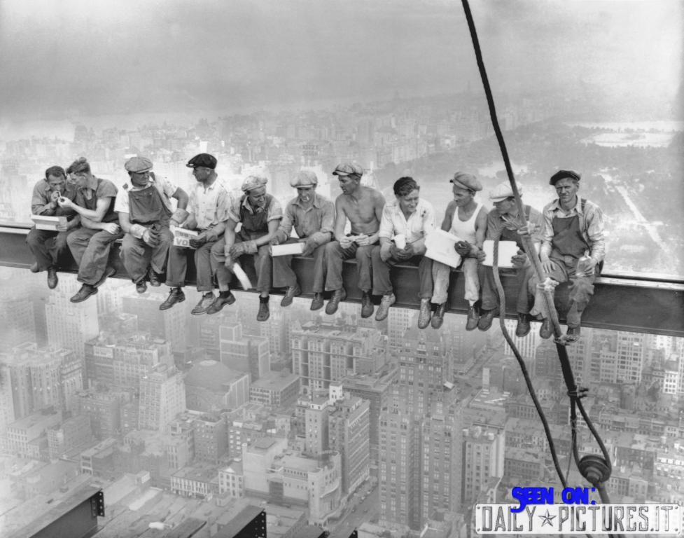 la foto dei lavoratori a pranzo durante la costruzione del rockfeller center, 1932