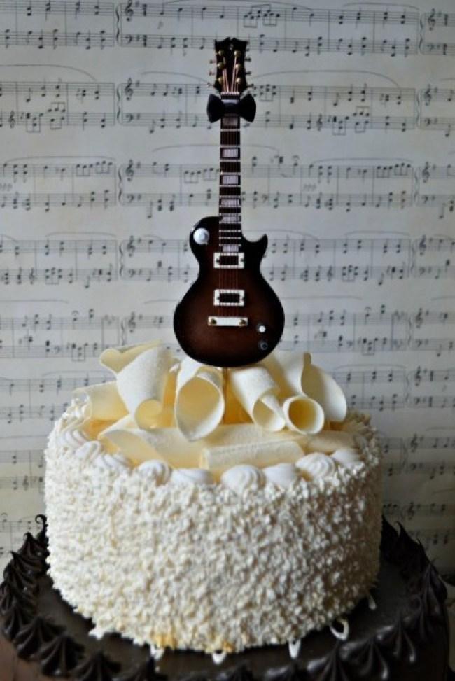 Kue Ulang Tahun bentuk Gitar