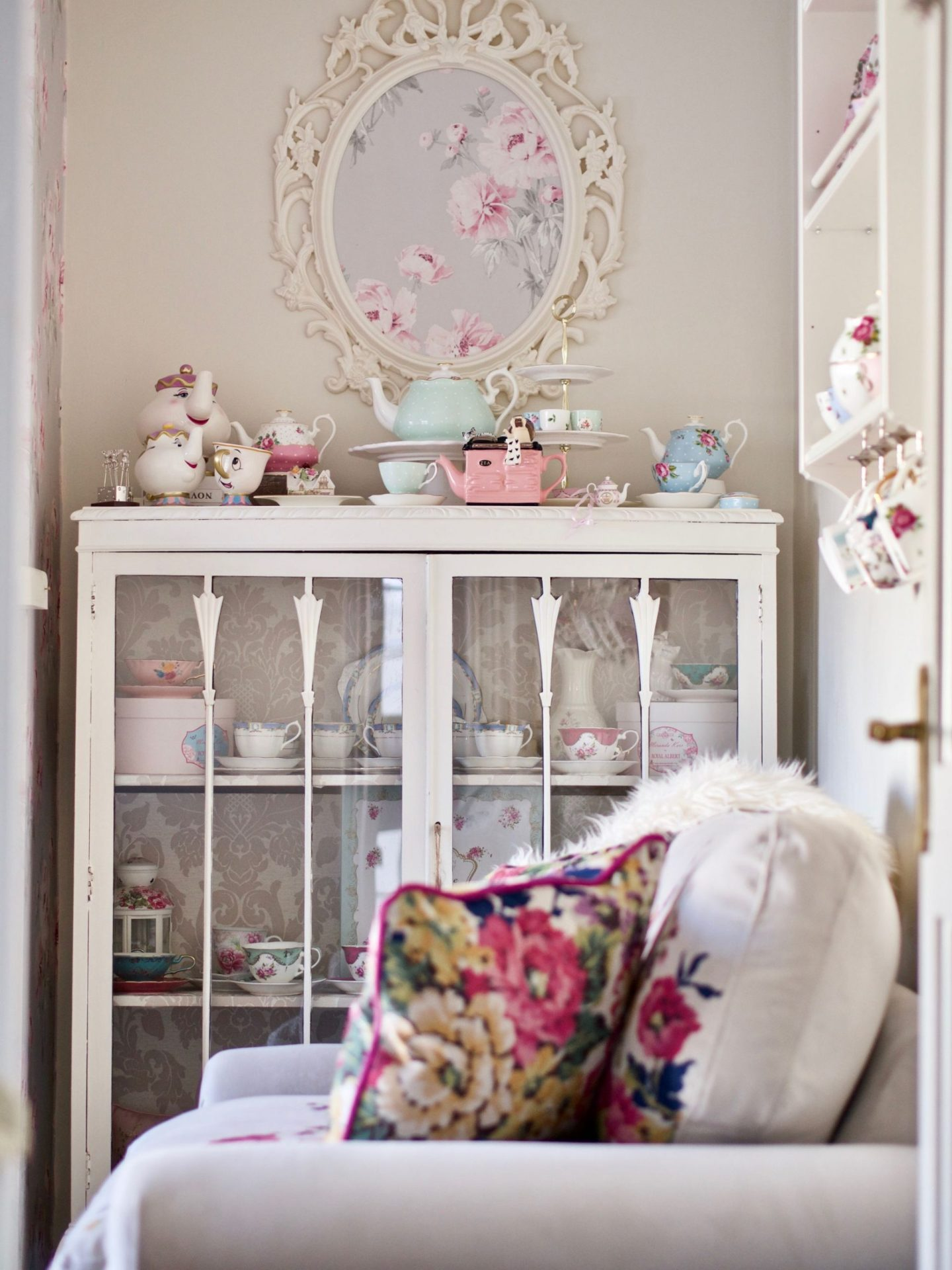 Living room decor, cottage style shabby chic decor