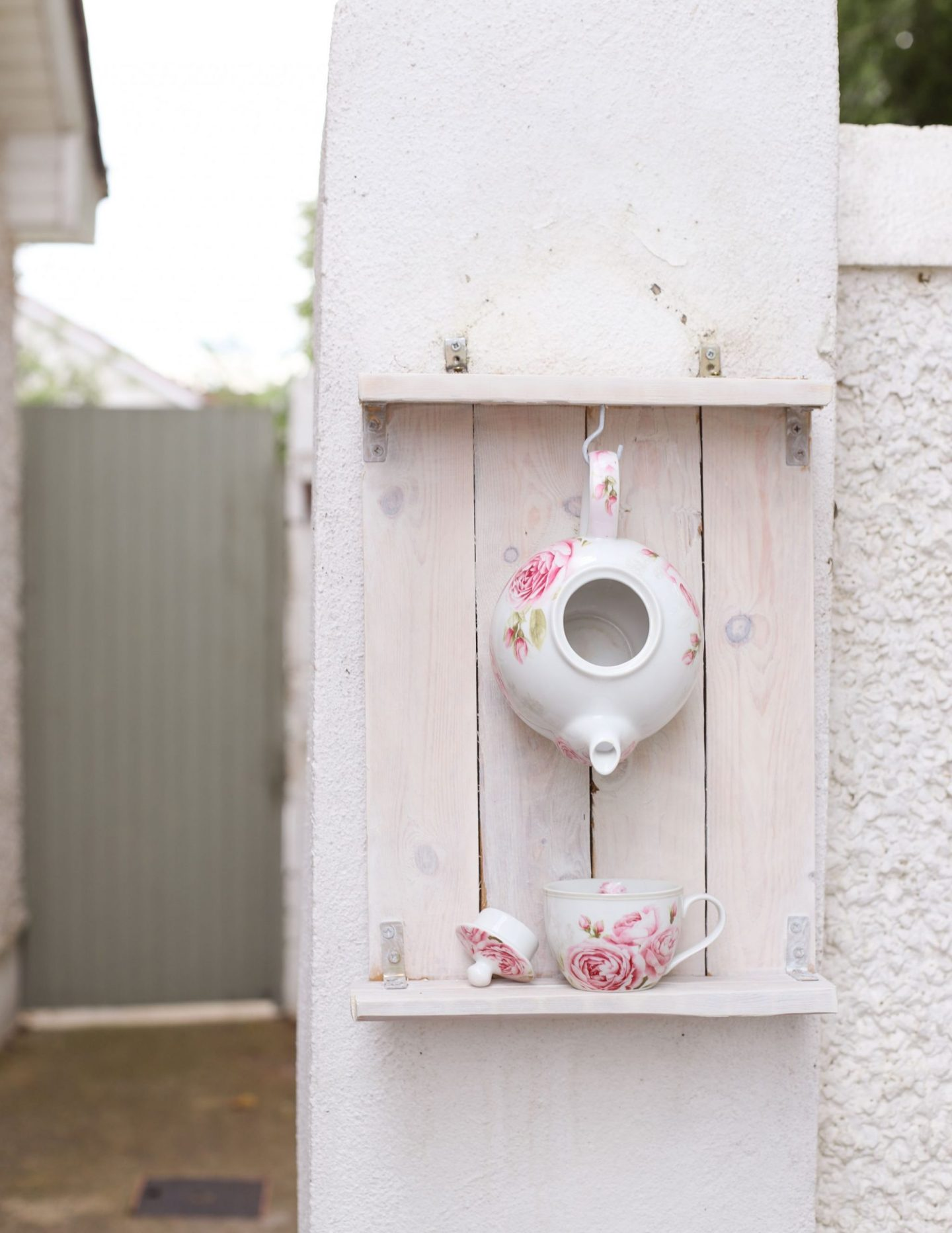 DIY pallet wood teapot bird feeder