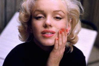 marilyn monroe red nails1 e1511042625312 - Las Cirugías de Marilyn Monroe