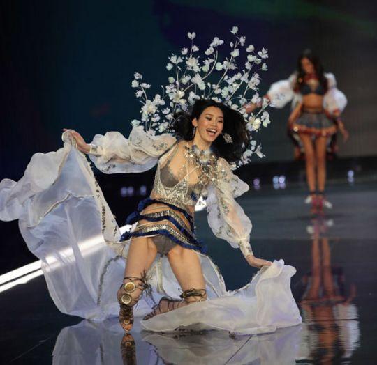 victoria secret fashion show 2017 ming x fall 1136390 - El Desfile de Victoria's Secret 2017