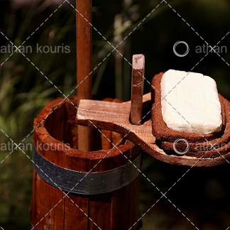 photo βούτυρο P-10001 αγορά φωτογραφία βούτυρο σε παραδοσιακό ξύλινο δοχείο on line