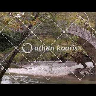 αγορά πλάνα βίντεο on line Πέτρινο γεφύρι στον Βοϊδομάτη διάρκειας 13 sec V-1042