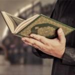 Shalat Tarawih di Rumah, Bolehkah Shalat Sambil Membaca Mushaf-dakwah.id
