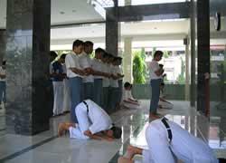Siswa SMA Shalat Berjamaah