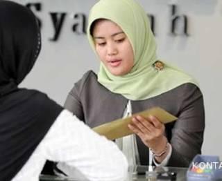 Ilustrasi - Transaksi di sebuah bank syariah. (Kontan)