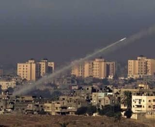 Roket ditembakkan militer Palestina dari wilayah utara jalur Gaza menuju Selatan Israel, Kamis (15/11/2012). (EPA /LANDOVwbur.org)