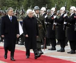 Presiden Turki Abdullah Gul (kiri) dan Presiden Palestina Mahmoud Abbas (kanan) meninjau pasukan kehormatan saat seremoni sambutan selamat datang di Istana Kepresidenan Cankaya , Ankara, 11 Desember 2012. (REUTERS/Stringer)