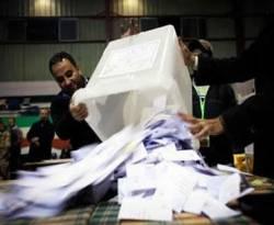Suasana penghitungan suara referendum Mesir tahap ke-2, 22 Desember 2012. (AP)