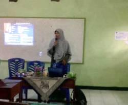 Ustadzah Meilya Novira, SPd, menyampaikan materi dalam Rumah Keluarga Indonesia (RKI) DPD PKS Rejang Lebong, Ahad, 16 Desember 2012. (Dok. DPD PKS Rejang Lebong)