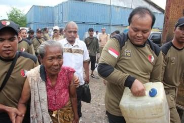 Hidayat Nur Wahid membawakan jeriken air bersih untuk seorang warga lansia di Kampung Muara Baru, Jakarta Utara, dalam Kerja Bakti massal yang diselenggarakan PKS DKI Jakarta, Kamis (24/1).