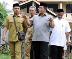 Gubernur Jawa Barat, Ahmad Heryawan meninjau pembangunan ruang kelas baru di Purwakarta. (Inilah)
